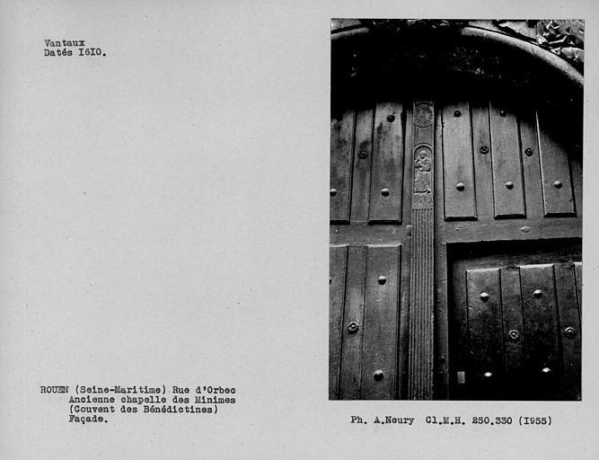Détail des vantaux de porte de la façade