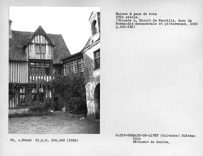 Façade en pan-de-bois du bâtiment perpendiculaire au pavillon d'entrée où se trouve la salle des gardes, lucarne