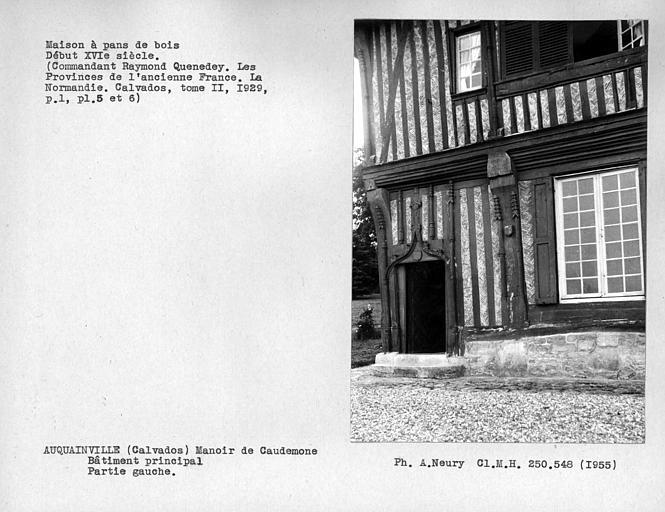 Maison en pan-de-bois, détail de la partie gauche du bâtiment principal, porte
