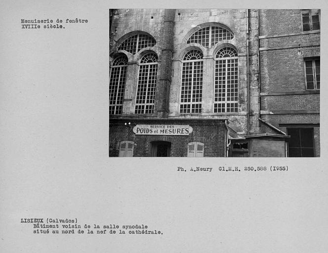 Fenêtres du bâtiment voisin de la salle synodale et donnant sur la cour est au nord de la nef de la cathédrale, dépendant du tribunal et du musée
