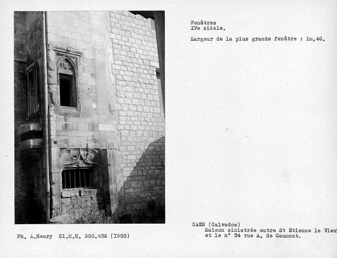 Deux fenêtres d'une maison sinistrée