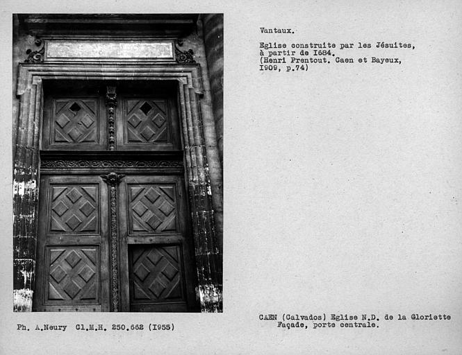 Détail des vantaux de la porte centrale de la façade principale