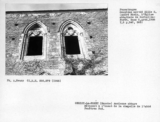 Fenestrages sud du bâtiment à l'ouest de la chapelle de l'abbé