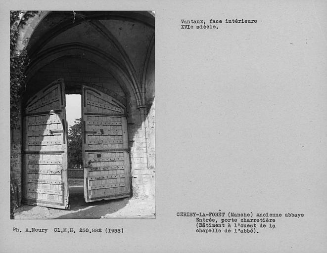 Bâtiment à l'ouest de la chapelle de l'abbé, dos des vantaux de la porte principale, largeur d'ouverture de porte : 2, 80 m