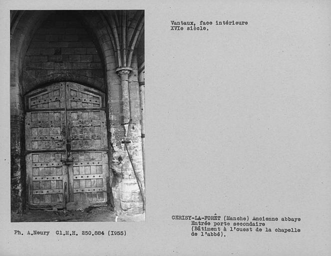 Bâtiment à l'ouest de la chapelle de l'abbé, revers des vantaux de la porte secondaire