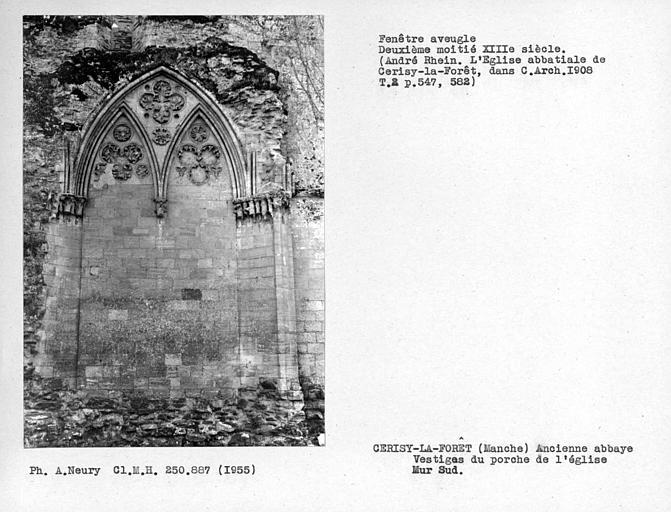 Fenestrage du mur sud du bâtiment disparu qui se trouvait au nord de la chapelle de l'abbé, vestiges du porche de l'église