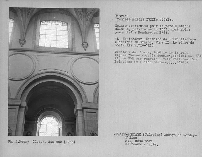 Vitrail de la troisième fenêtre haute non colorée du côté nord de la nef