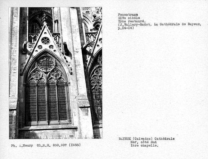 Fenestrage restauré de la première chapelle sud de la nef, première travée