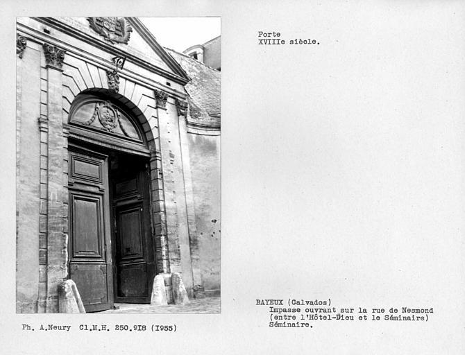 Portail et vantaux de l'ancien séminaire de l'impasse ouvrant sur la rue Nesmond