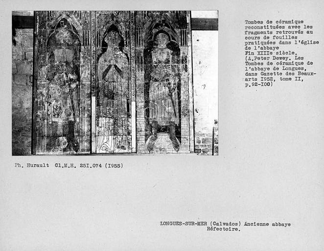 Réfectoire, tombes de céramique reconstituées avec les fragments retrouvés au cours de fouilles pratiquées dans l'église