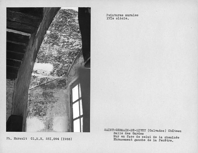 Salle des gardes, ébrasement de la fenêtre du mur opposé à la cheminée, sommet et partie gauche