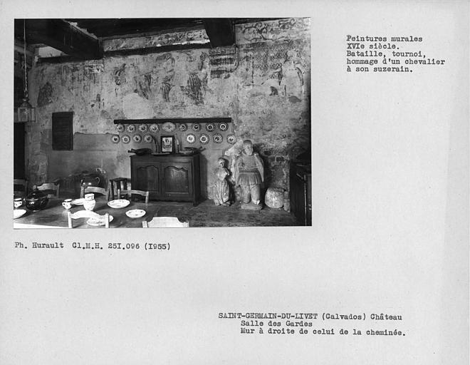 Salle des gardes, ensemble avec peintures murales du mur à droite de celui de la cheminée