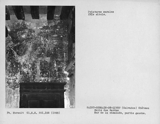 Salle des gardes, partie de mur à gauche de celui de la cheminée