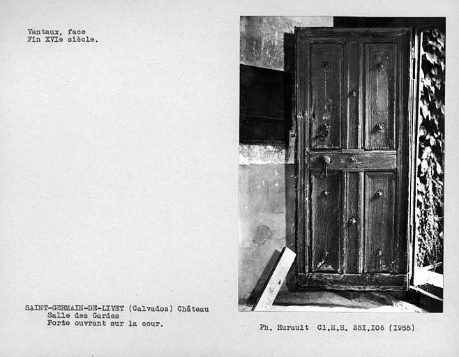 Salle des gardes, face des vantaux de la porte d'entrée