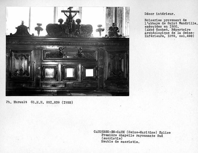Décor de la première chapelle tournante sud ouvrant sur le déambulatoire, sacristie, partie centrale du meuble de sacristie