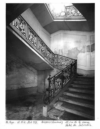 Ensemble de l'escalier avec rampe en fer forgé