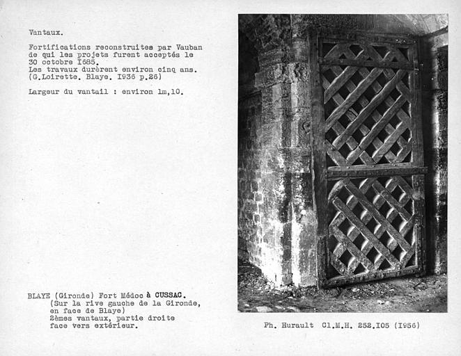 Porte des fortifications. Face vers l'extérieur du vantail droit de la porte monumentale ouest à deux vantaux à claire-voie