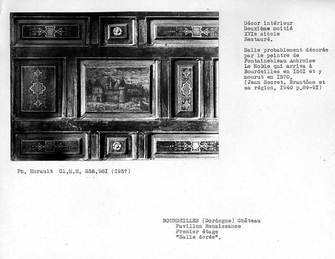 Décor restauré de la chambre dorée au premier étage, détail des boiseries peintes sur le côté droit du mur de la cheminée