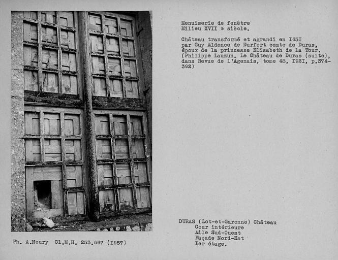 Détail de menuiserie d'une fenêtre murée au premier étage de la façade nord-est, aile sud-ouest, cour intérieure
