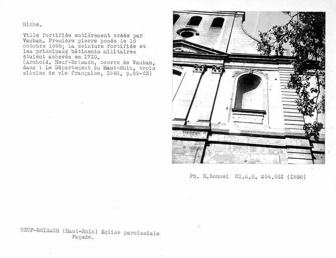 Niche sur la façade de l'église