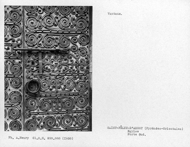 Détail des vantaux à pentures de la porte sud