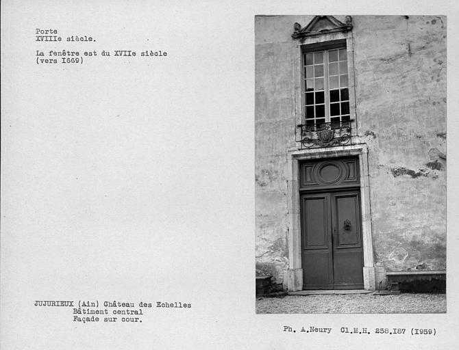 Vantaux de la porte et fenêtre avec balcon de la façade sur cour du bâtiment principal