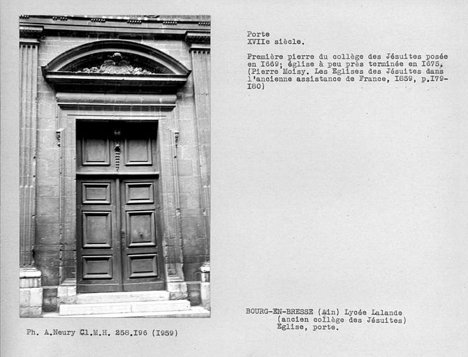 Porte et vantail sur rue de l'ancienne chapelle