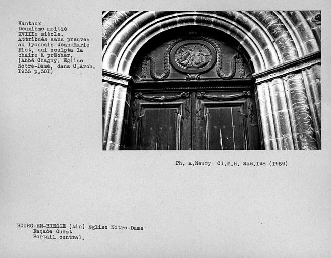 Détail des vantaux de la porte centrale de la façade ouestl