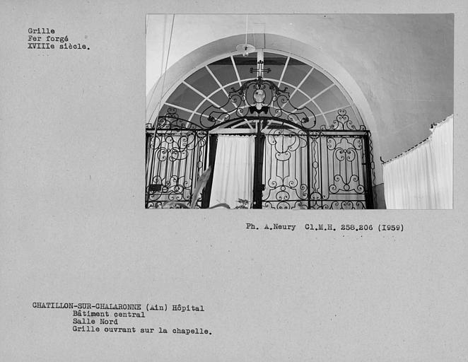 Grille en fer forgé ouvrant sur la chapelle, salle nord du bâtiment central