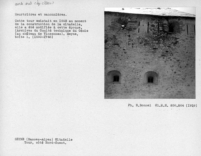Meurtrières et canonnières de la tour, côté nord-ouest