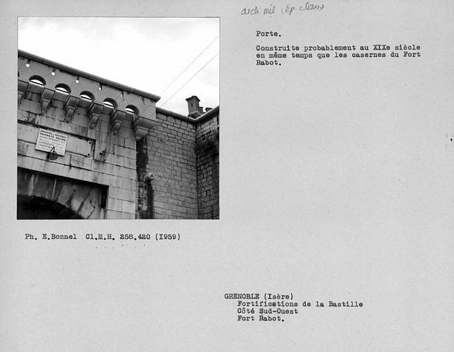 Créneaux du portail du fort Rabot, côté ouest