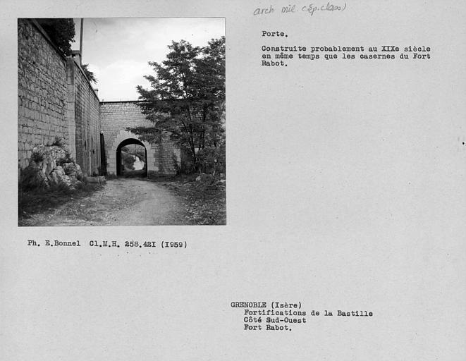 Intérieur du portail du fort Rabot, côté ouest
