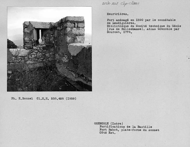 Créneaux et meurtrière de la terrasse du donjon du fort Rabot