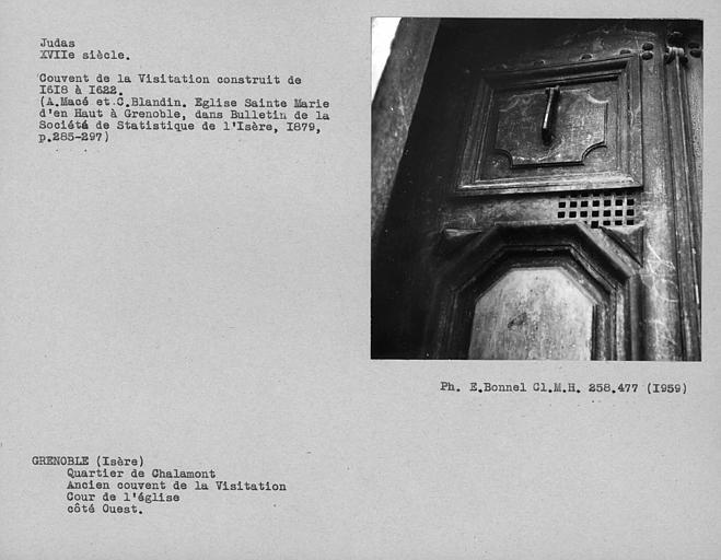 Judas et détail de la porte de l'ancien couvent de la Visitation, dans le coté ouest de la cour de l'église