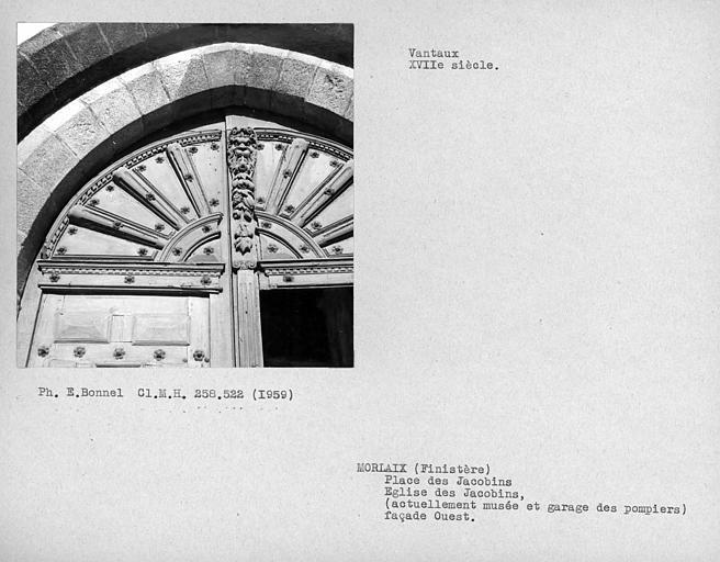 Détail des vantaux de la façade occidentale