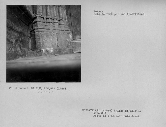 Porte de l'église côté ouest du porche sud, base de pilier