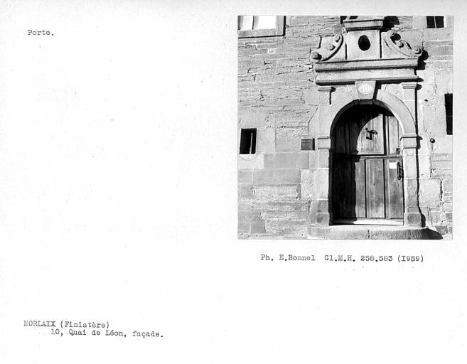 Porte de la façade sur rue