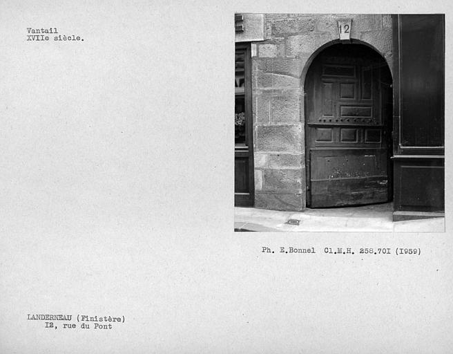 Vantail de porte de la façade