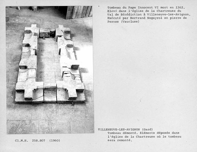 Eléments du tombeau du pape Innocent VI, avant leur remontage, ensemble de la base du tombeau