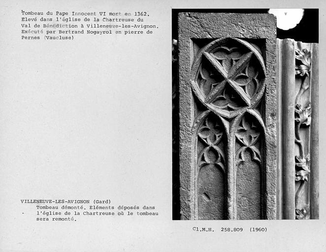 Eléments démontés du tombeau du pape Innocent VI, avant leur remontage, détail de la première assise des piliers