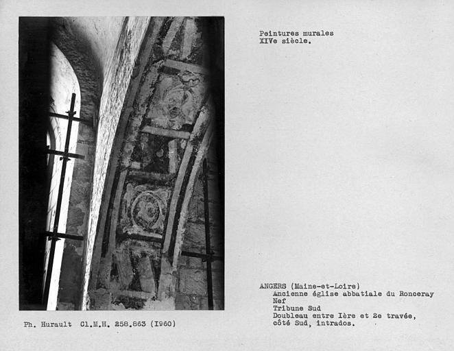 Tribune sud de la nef, peinture murale décorative de l'intrados côté sud du doubleau entre première et deuxième travées