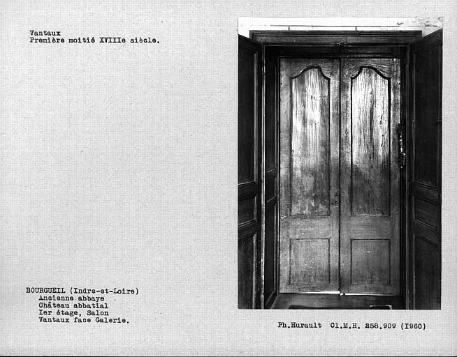 Salon au premier étage, vantail du tambour de la porte ouvrant sur la galerie, face sur côté galerie