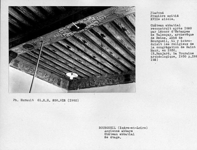 Plafond peint au deuxième étage, ensemble vers l'angle opposé aux fenêtres