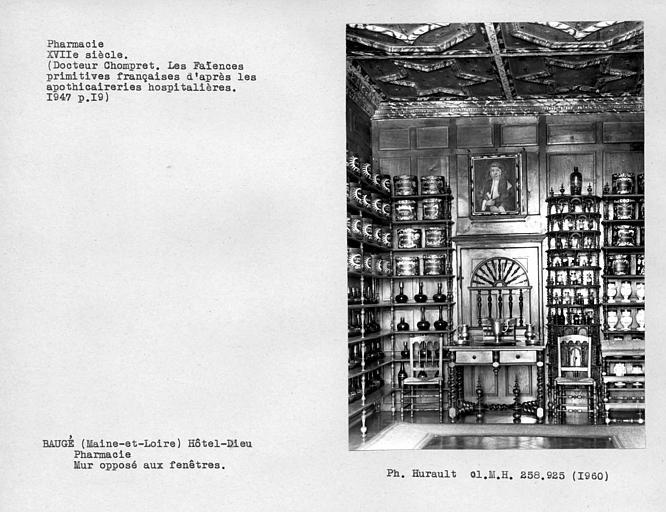 Ensemble des boiseries de la pharmacie, Vantail de porte, mur opposé à la fenêtre