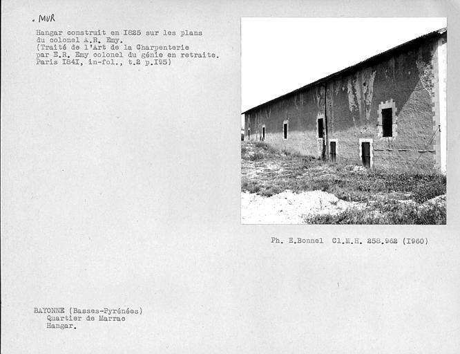 Mur du hangar, du côté sud extérieur