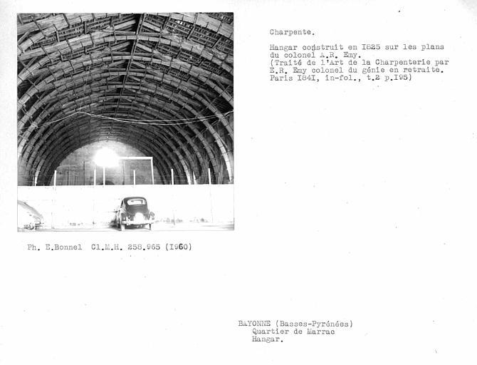 Charpente du hangar vue de l'intérieur