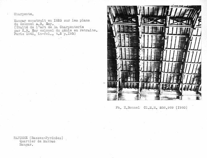 Charpente intérieure du hangar