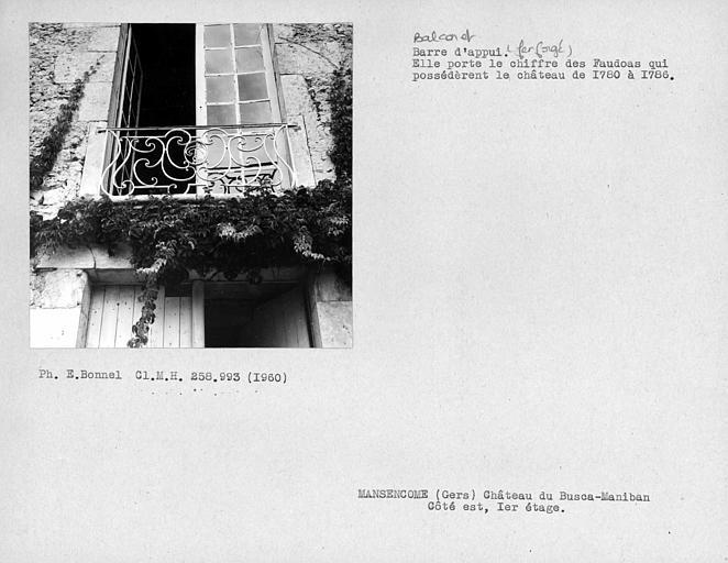 Balcon en fer forgé au premier étage de la façade est