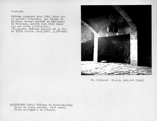 Cheminée de la pièce contiguë à la cuisine, corps de logis central, côté ouest