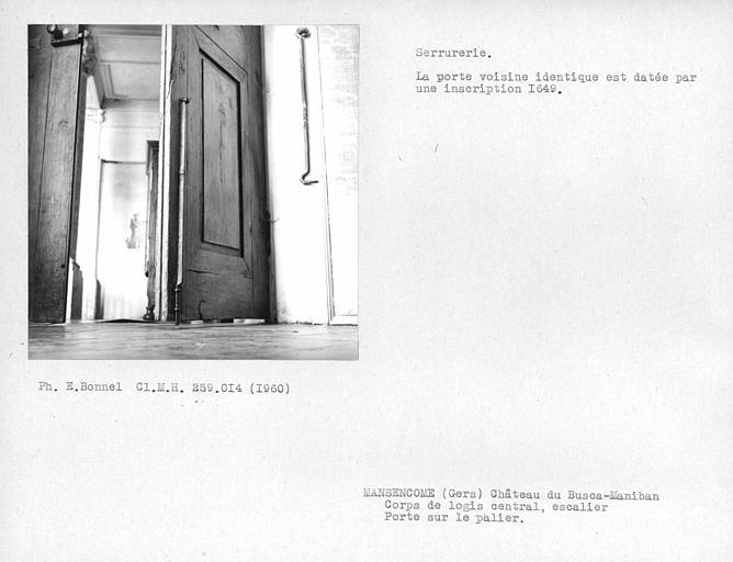 Corps de logis central côté ouest. Serrurerie au revers de la porte sur le palier de l'escalier